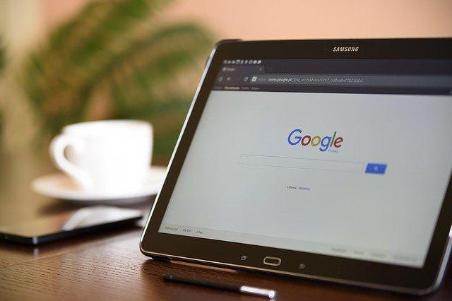 une tablette avec Google en fond