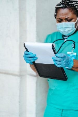 chirurgienne qui lit un dossier