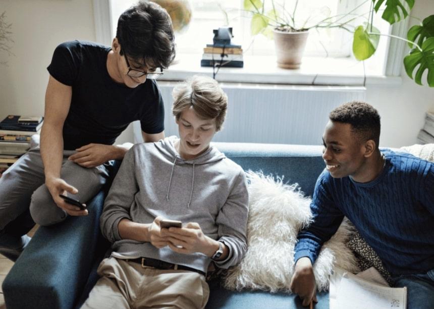 Trois garçons sur le smartphone